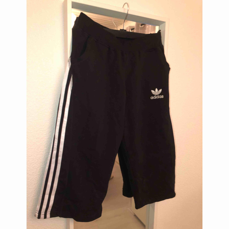 Trekvartslånga shorts, storlek L. Funkar både till dam & herr. Om plagget önskas skickas står köparen för frakten.. Shorts.
