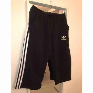 Trekvartslånga shorts, storlek L. Funkar både till dam & herr. Om plagget önskas skickas står köparen för frakten.