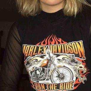 Croptop från Harley Davidson. Har själv sytt om det från en t-shirt. Fint skick! +Frakt 25kr