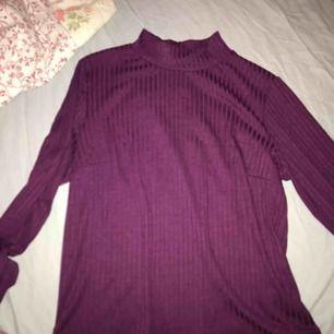 Halv-polo tröja i färgen lila\röd. Storlek L men passar M också. 75kr plus frakt.