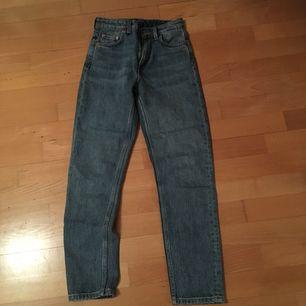 Jeans från Weekday i stl W24 L28, modellen heter Seattle. Köparen står för kostnad av frakt.