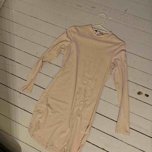 Nude klänning från nelly, skitsnygg men använder aldrig