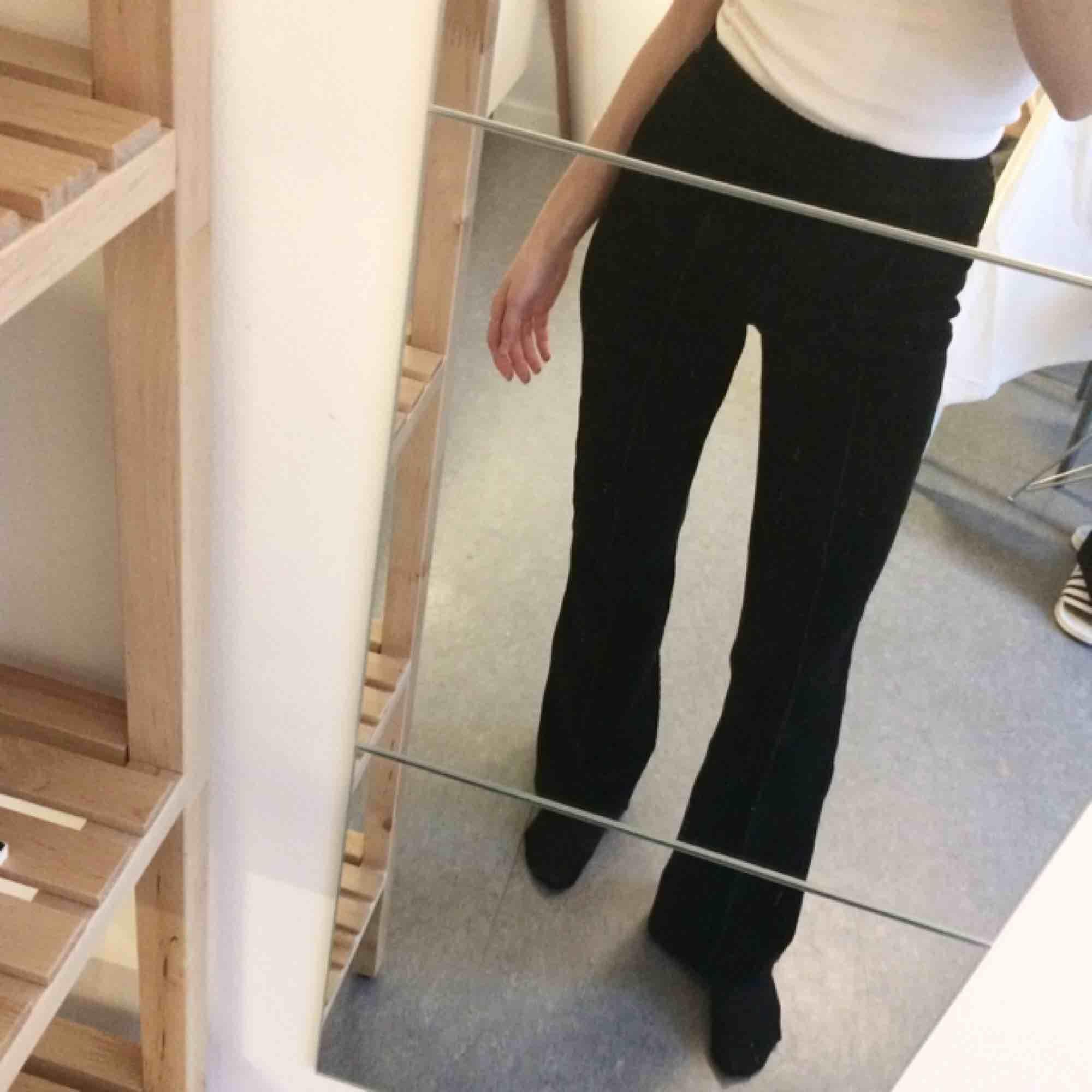 Svarta utsvängda Manchesterbyxor från hm i storlek 32 (XS). Använda ett fåtal gånger! Innerbenslängd 75cm. Nypris i slutet av hösten 500kr. Jeans & Byxor.