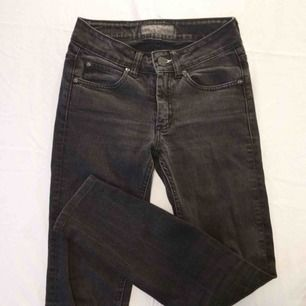 Grå/svarta Acne jeans. Innerbenslängd 65cm