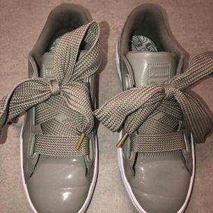 Puma basket heart patent sneakers, orginalpris 1000 men säljer för 500 alltså halva priset. De är endast använda 1/2 gånger (kolla den vita sulan, de är som oanvända). Storlek 40,5. Annat skosnöre medföljes också!