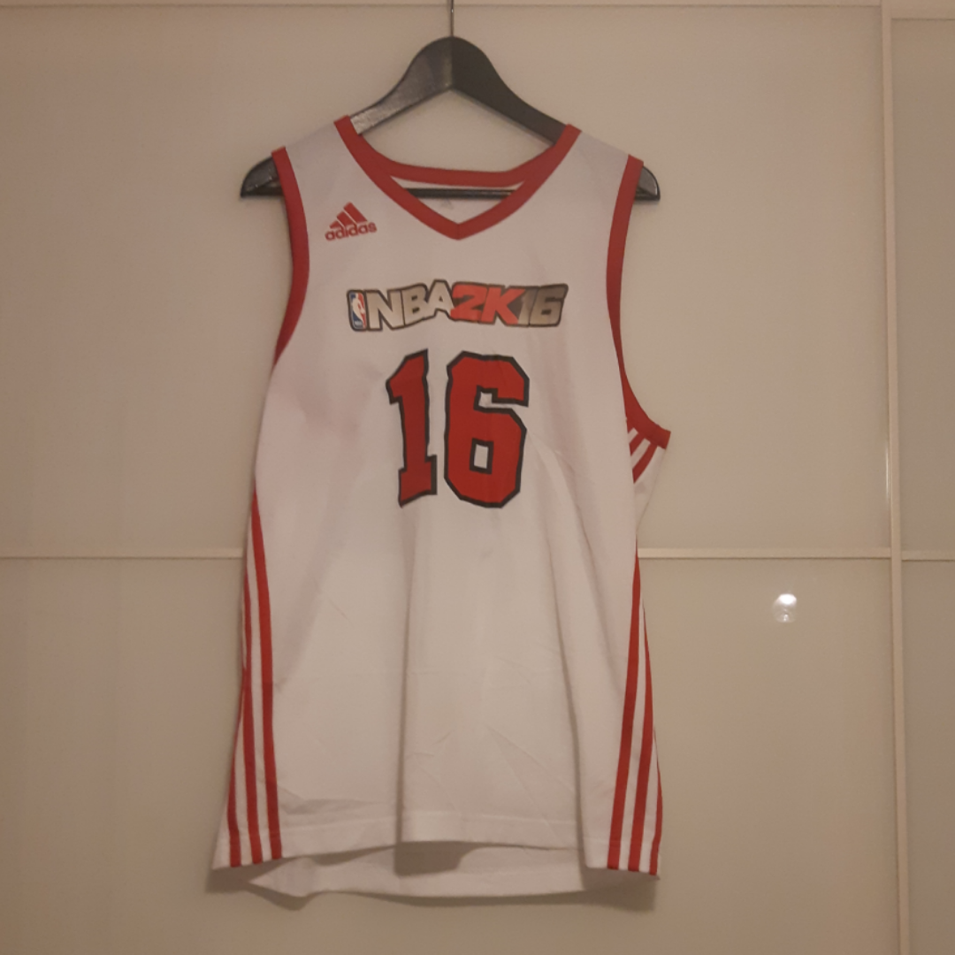 Basketlinne från adidas. Huvtröjor & Träningströjor.