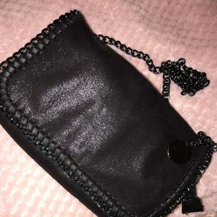 Svart Stella McCartney inspirerad väska som är i topp skick då den knappt är använd!