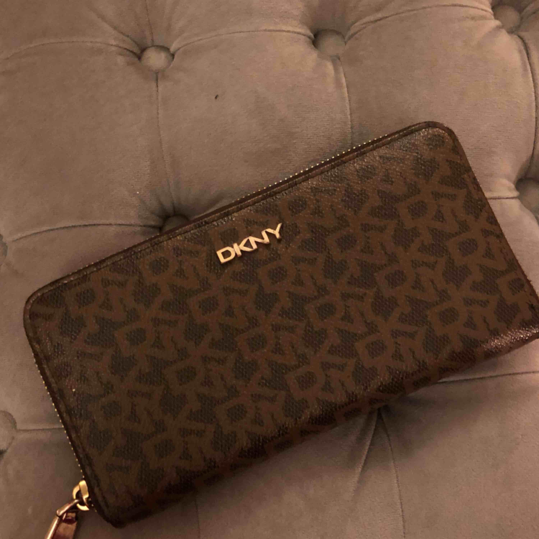 Äkta DKNY plånbok. Väldigt bra skick använd fåtal gånger. Nypris 999kr. Accessoarer.