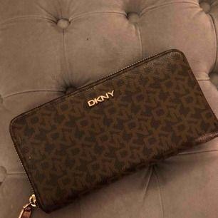 Äkta DKNY plånbok. Väldigt bra skick använd fåtal gånger. Nypris 999kr