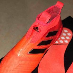 Säljer ett par adidas skor köpa på unisportstore, använda max 5 gånger! Man får med en påse, skohorn och två olika sulor! Nypris är 2999 kr, frakt tillkommer om du ej kan mötas upp! kom med BUD!