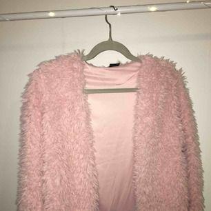 Ljus rosa jacka/kofta i storlek M från Gina Tricot. Använd ca 1 gång