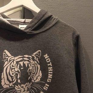 Säljer en grå hoodie från ginatricot. Använd fåtal gånger, fint skick ny tvättad när den skickas iväg. Säljer pga aldrig använder. Köparen står för frakt