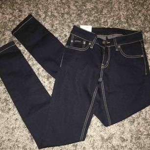 Mörkblåa jeans från d.brand med silvriga detaljer. Aldrig använda, nypris 900 kr, skulle säga att dem är ungefär storlek xs