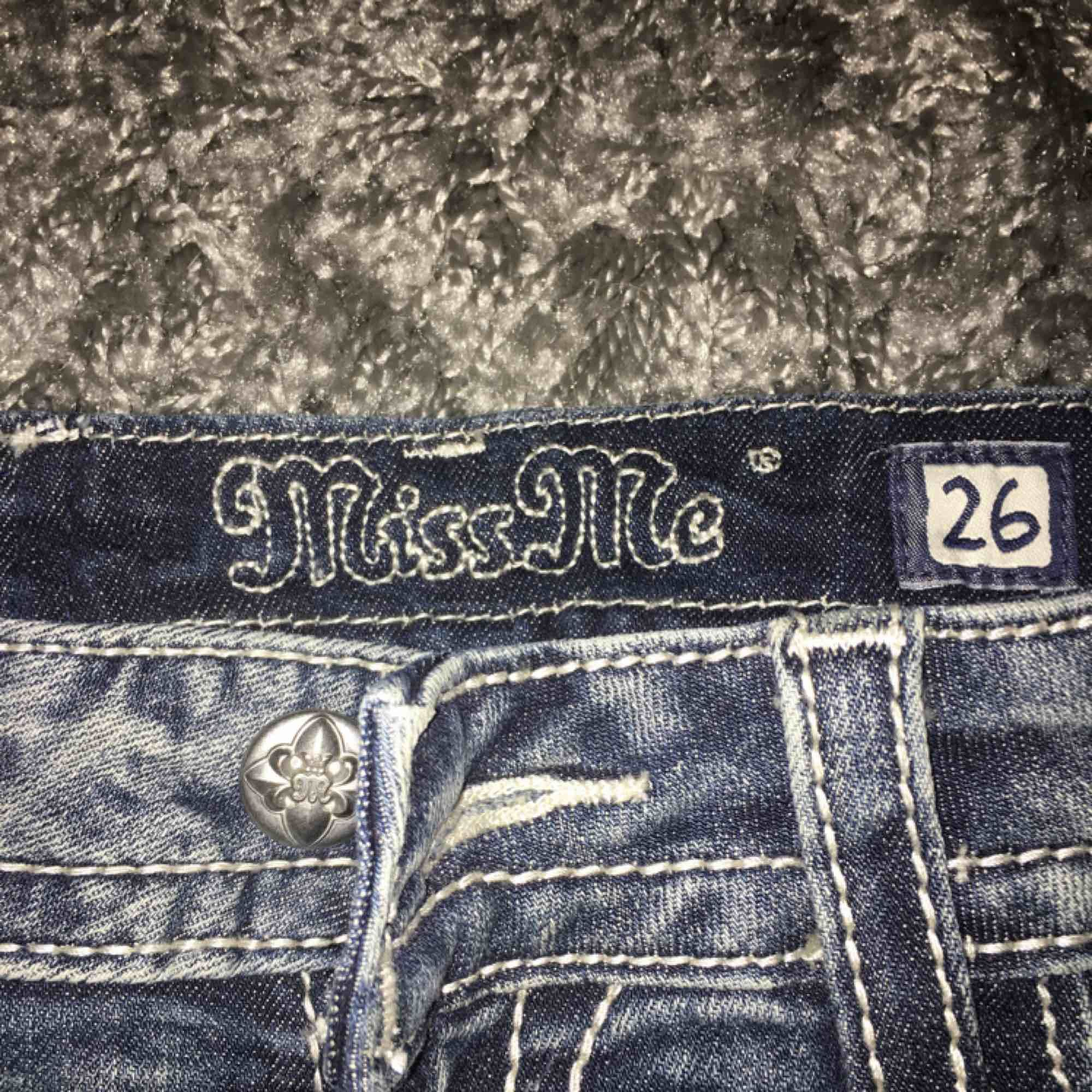 Blåa jeans shorts från miss me med snygga silver detaljer och spets. Nypris 600kr. Shorts.