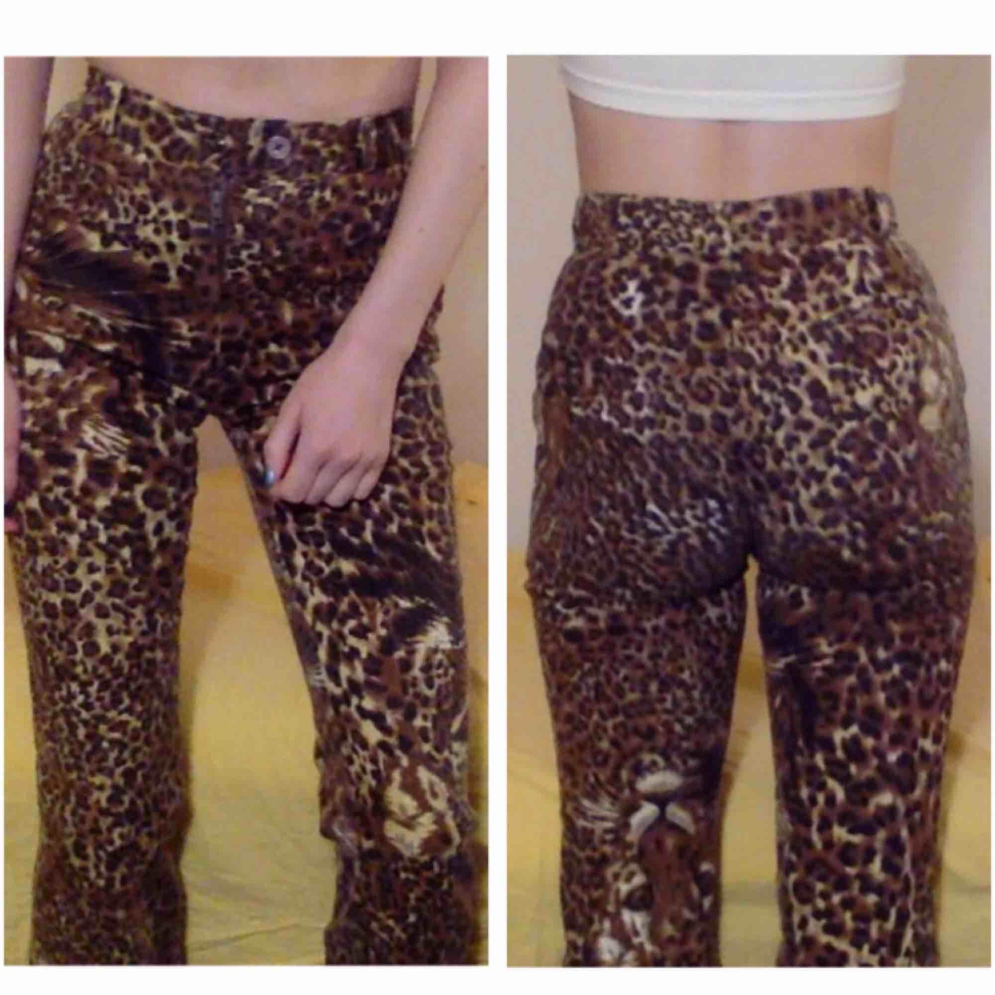 """✨🐆LEOPARDMÖNSTRADE JEANS🐆✨Stl: XXS-XS / 24""""-25"""" i jeans Mått: midja 62-63 cm, innerbenslängd 70 cm. Jag är 160 cm, men fint när de är korta på någon längre! Möts upp i Stockholm, annars betalar köparen tillkommande frakt.. Jeans & Byxor."""