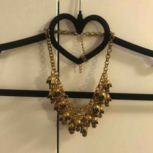 RENSAR SMYCKESGARDEROBEN!! Halsband i överflöd! Halsband i guldfärg med små dödskallar på. Hyffsat tight modell.