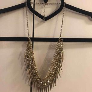 RENSAR SMYCKESGARDEROBEN!! Halsband i överflöd! Ljust guldfärgat halsband!