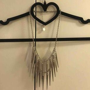 RENSAR SMYCKESGARDEROBEN!! Halsband i överflöd! Silverfärgat halsband. Knappt använt!