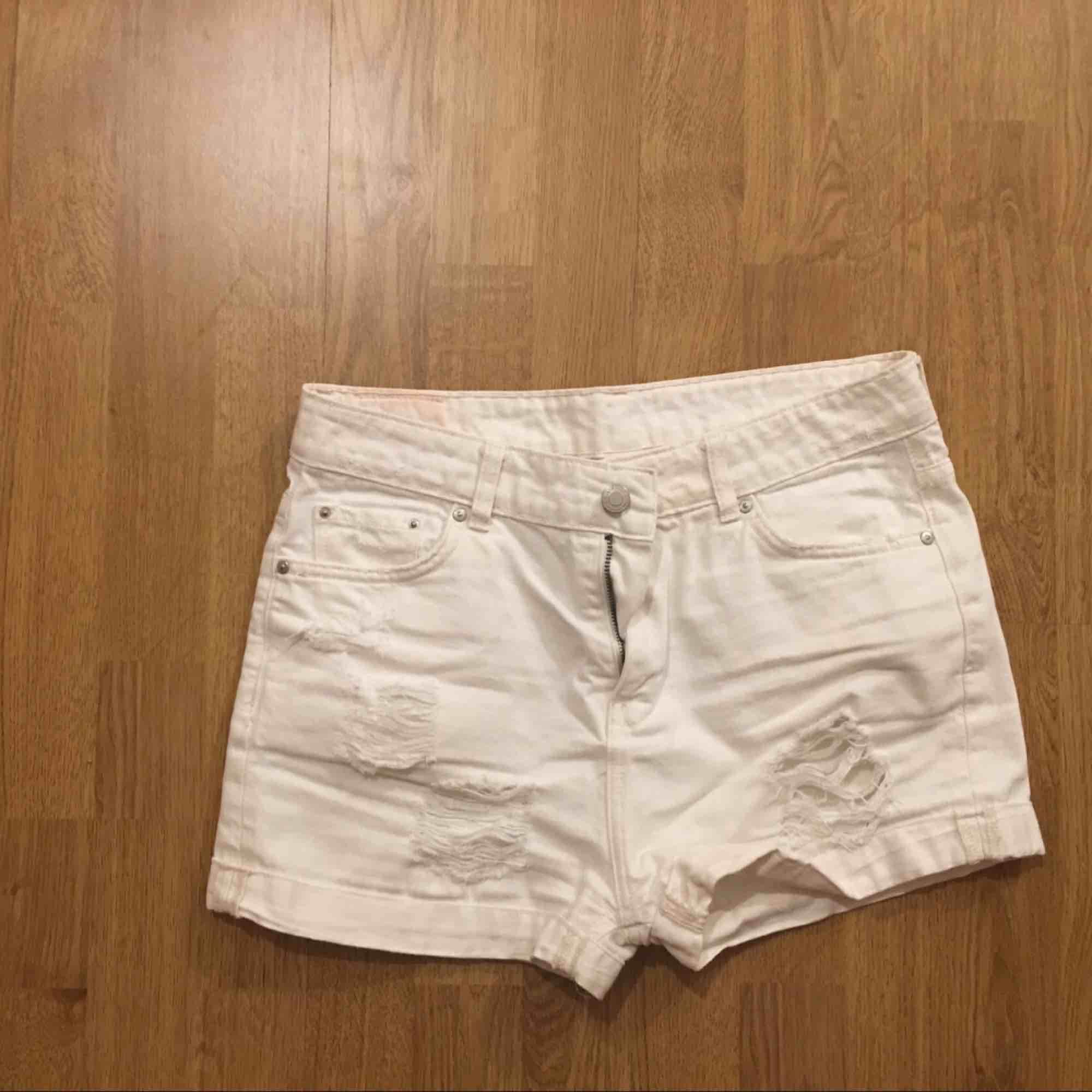 En vit shorts. Shorts.