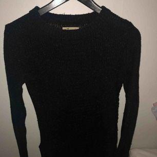Fin mörkblå stickad tröja ifrån Hollister  Använd 2 gånger så ser helt ny ut