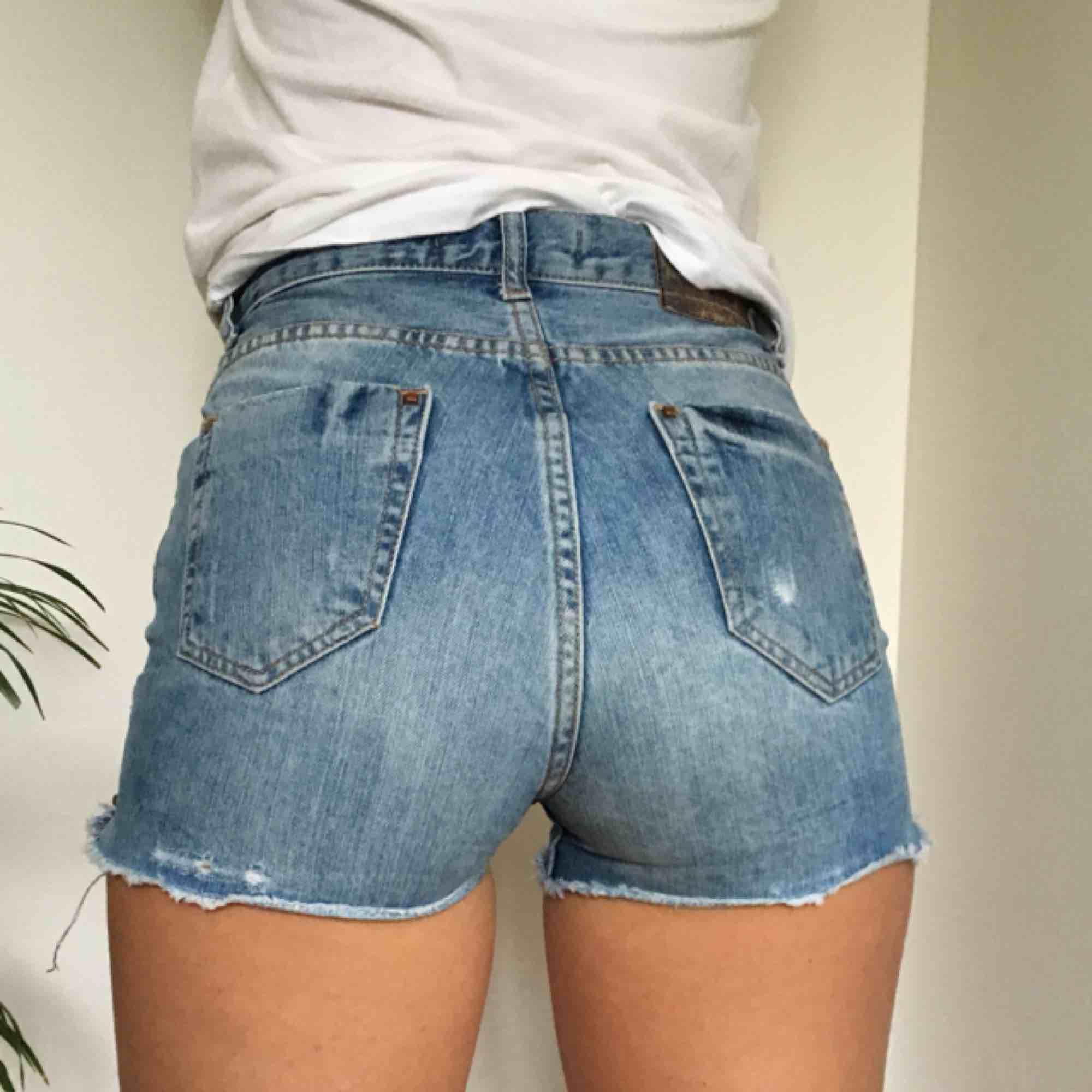 Dessa super snygga jeans-shorts från Zara. Ett par favoriter, dock lite för små.  Dom är högmidjade, snygg passform och lite stretchiga. Vi möts gärna upp i stan, om frakt betalar köparen.. Shorts.