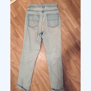 Perfekta ljusa jeans i mjukt stretchigt material. Blivit för små för mig. Passar någon med storlek S/34 i byxor.