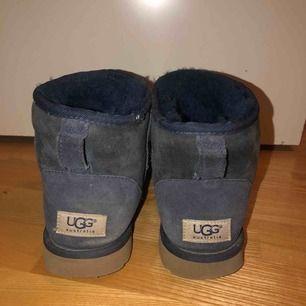 Mörkblåa, låga Ugg skor. Köpta på Mathilde i Stockholm för 2000kr. Använda och något slitna, därav det låga priset. Fortfarande väldigt användbara! Perfekt under vintertid.