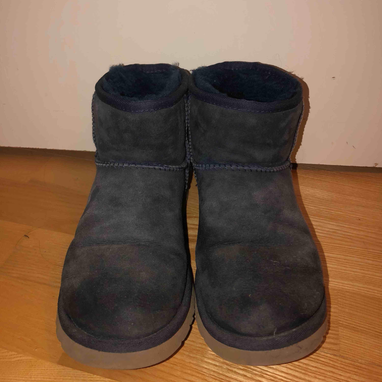 Mörkblåa, låga Ugg skor. Köpta på Mathilde i Stockholm för 2000kr. Använda och något slitna, därav det låga priset. Fortfarande väldigt användbara! Perfekt under vintertid. . Skor.
