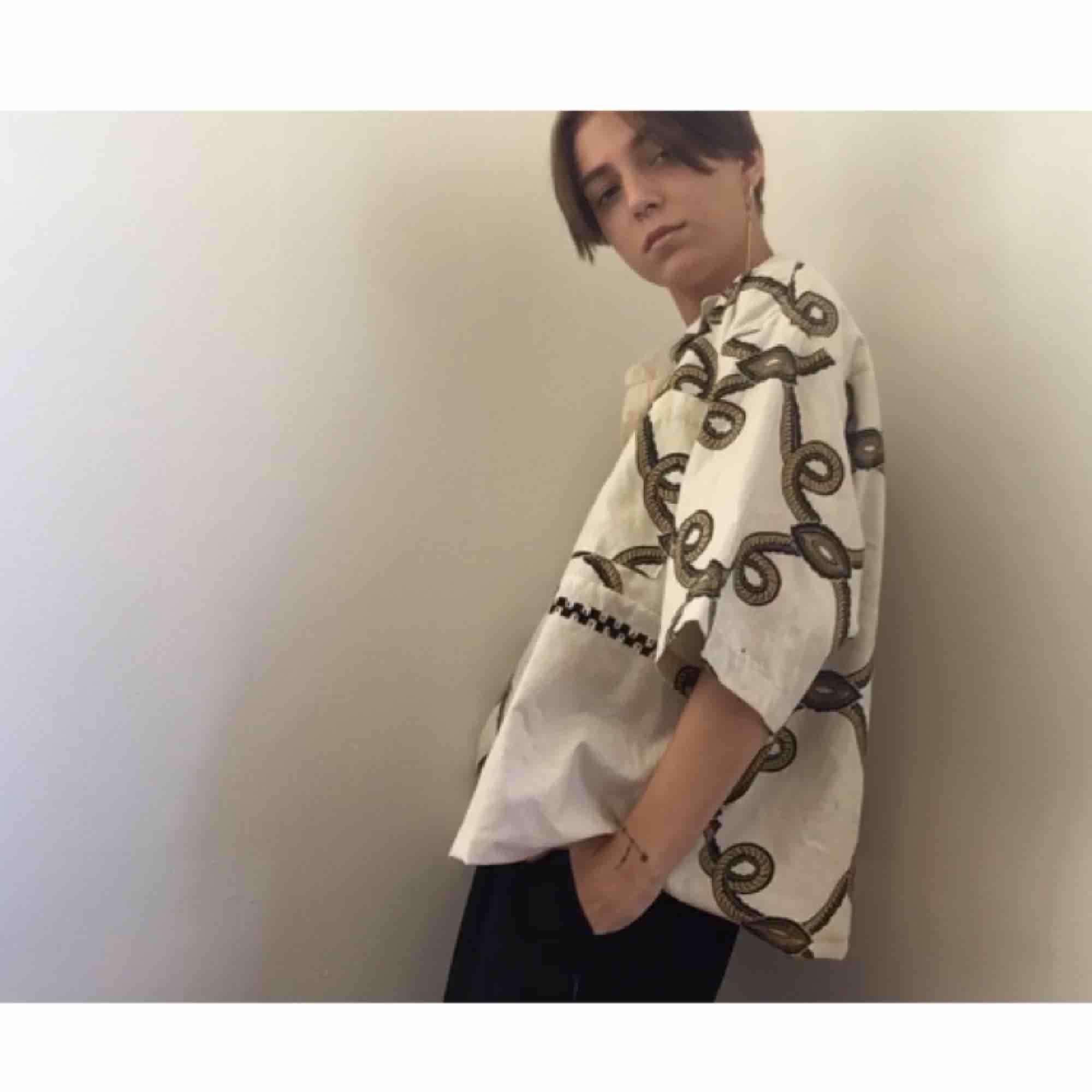 Säljer snyggaste skjortan!!🔥🥀 Vid och lite oversize fit vilket är så nice. Passar lika bra på tjejer som killar. Skickar bättre bilder om ni vill ha det!🖤. Skjortor.