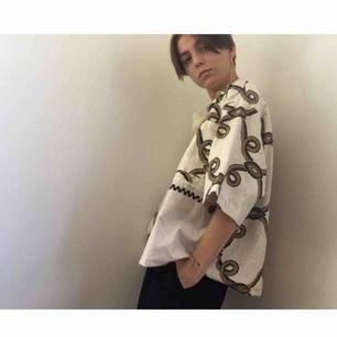 Säljer snyggaste skjortan!!🔥🥀 Vid och lite oversize fit vilket är så nice. Passar lika bra på tjejer som killar. Skickar bättre bilder om ni vill ha det!🖤