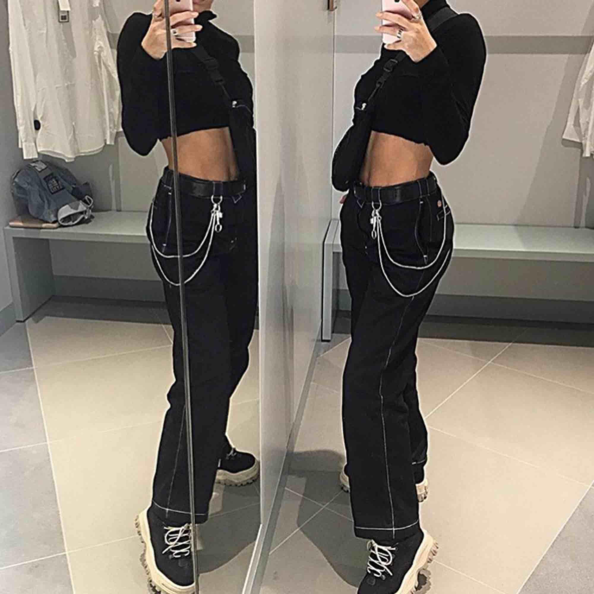 Säljer mina älskade Dickies då jag börjar inse att de är alldeles för stora för mig tyvärr😭🥀 Perfekt skick utan något slitage! Unisex straight leg modell med vita sömmar🔥🥀 Passa på och köp!!. Jeans & Byxor.