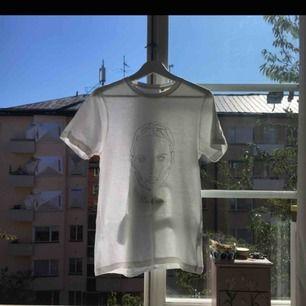 Vit T-shirt med med coolt tryck. Använd ca 2 gånger. Från märket SAY Copenhagen Nypris 750kr St S skulle även tänkas passa M
