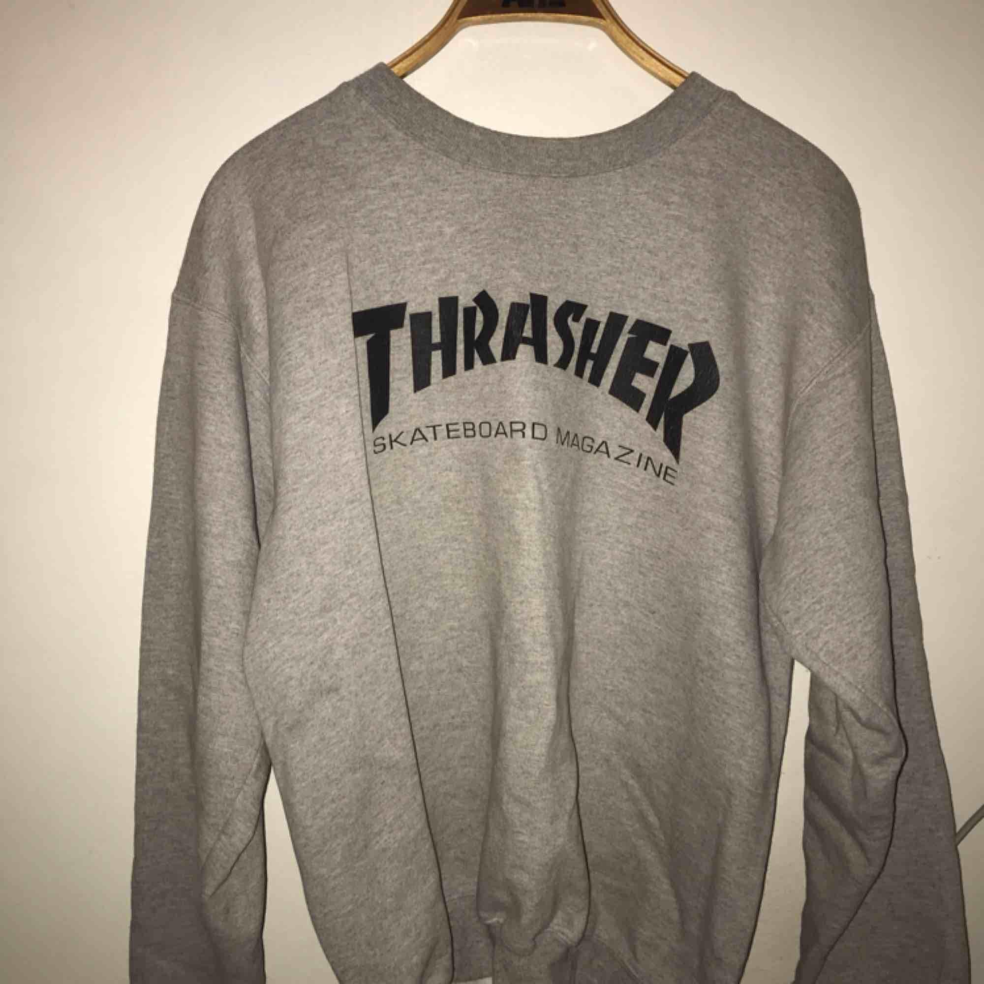 Grå Thrasher tröja (ÄKTA), i vanligt begagnat skick :) . Huvtröjor & Träningströjor.