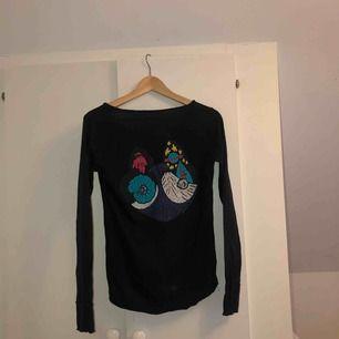 Jätteskön långärmad tröja från Zadig & Voltaire. Inköpt på Zadig & Voltaire's butik i Stockholm för 1200kr. Mörkblå (nästintill svart), med tryck på ryggen.