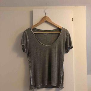 Jättefin grå t-shirt från Zadig & Voltaire med silver detaljer. Inköpt på Zadig & Voltaires butik i Stockholm för 1300kr. Sparsamt använd.