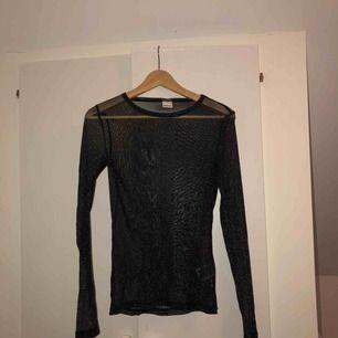 Jättefin glittrig, genomskinlig tröja från Gina Tricot. Aldrig använd. Superfin till fest med ett par snygga byxor och klackar!
