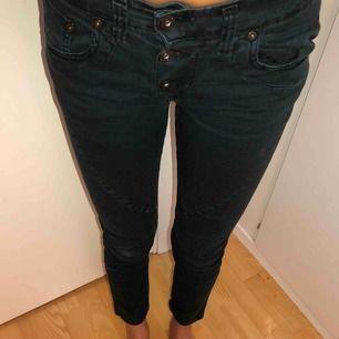 """Jättesnygga jeans från Please i modellen """"vintage glam"""". Använda 2 gånger. Köpta för 1000kr."""