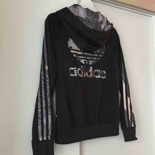 Adidas hoodie. Köpt på adidasbutiken i Stockholm. Rita Ora kollektionen. Frakt kostar 79kr. Annars möts jag upp i Stockholm!
