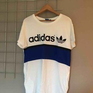 T-shirtklänning från Adidas. I fint skick, något skrynklig på bilden bara då den legat ihopvikt i garderoben en längre tid. Fickor i sidorna. Liiite kort för mig som är 1,70 lång. Passar nog bättre på någon som är några centimenter kortare.
