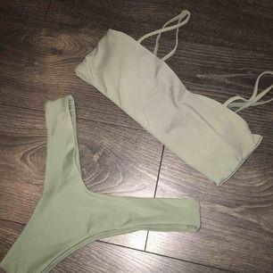 Säljer min jätte snygga bikini från zaful som jag köpte i sommras. Bikinin sitter jättebra och är superskön! Överdelen innehåller vadd, men det går att ta ur om man vill de. Bikinibanden på överdelen går också att justera. Köparen står för frakt