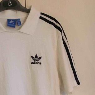 Adidas tröja köpt på Shelta, bara använd 1-2 gånger så nästan helt ny! Storlek 40 men tycker mer den känns som en M. Frakt inkluderat i priset🌸
