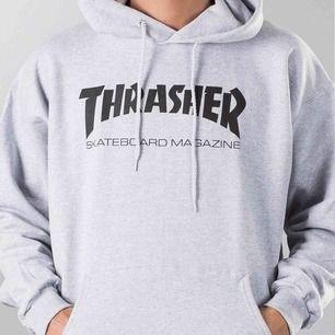 Säljer min grå Thrasher hoodie som är köpt på Hollywood butiken i Stockholm så den är äkta  Köpt för 949kr Frakt tillkommer, annars möts jag upp i sthlm