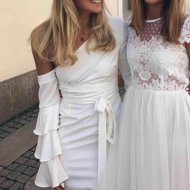 Helt fantastisk studentklänning. Från Asos, kemtvättad, hel. Kan mötas upp i Göteborg eller skickas. Jag är 178 och över 99cm över rumpan!. Klänningar.