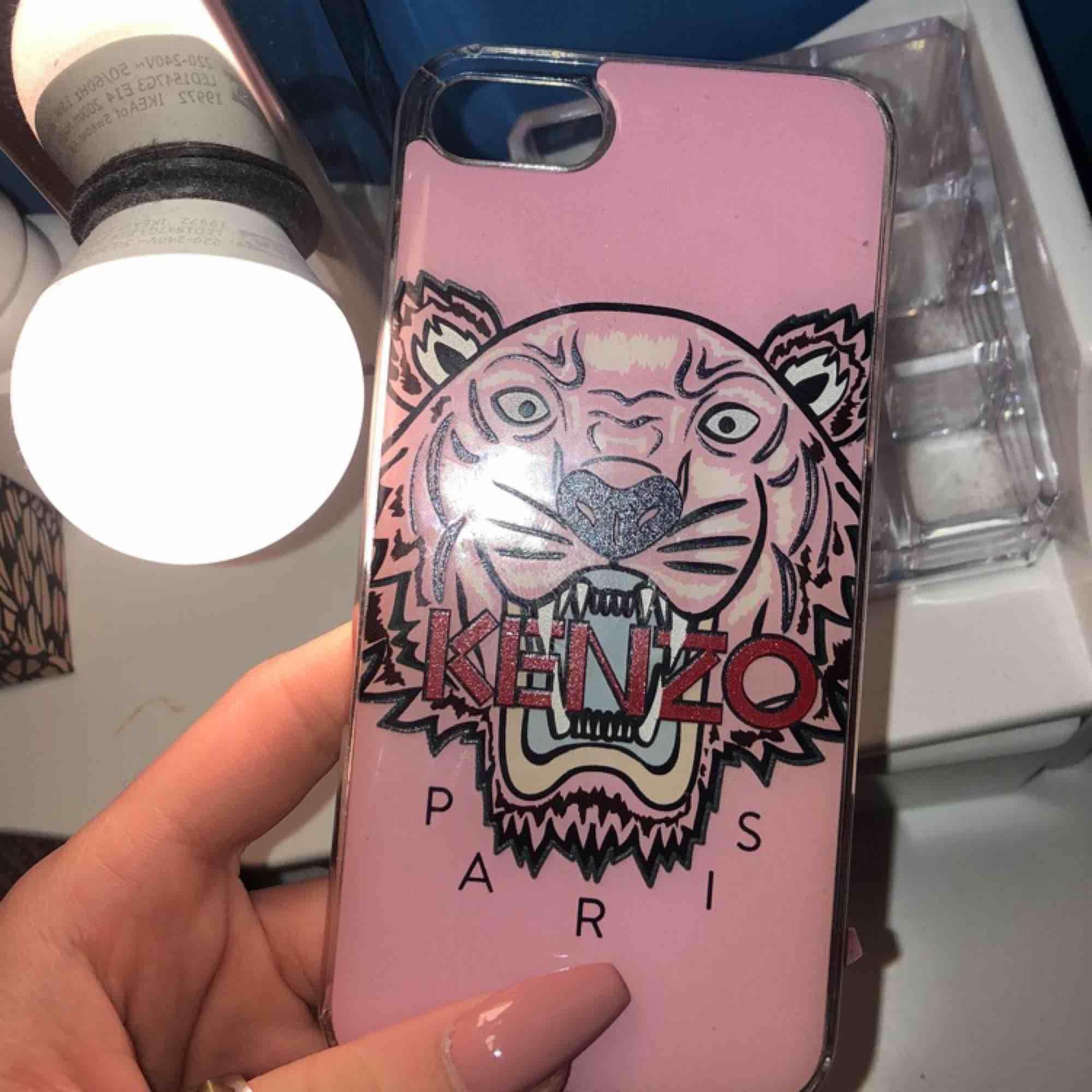 Äkta Kenzo skal i rosa från Jackie för Iphone 8. Lite sönder på kanterna. Nypris 450kr.. Accessoarer.