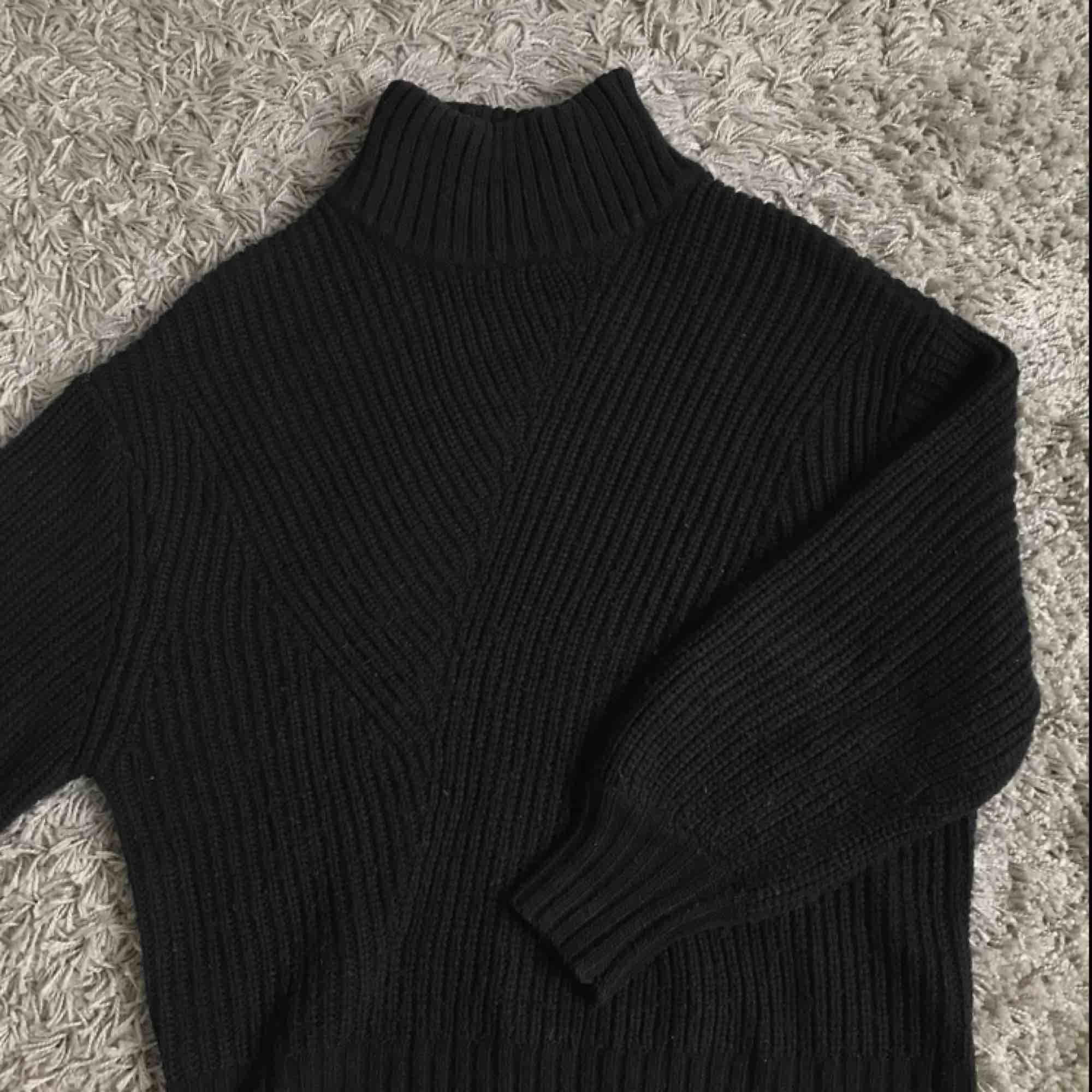 """Svart stickad tröja från weekday/ """"swirl sweater"""". Köpt för ett år sedan men endast använd ca 4 gånger!  Upphämtas i Gbg/köparen står för frakten . Tröjor & Koftor."""