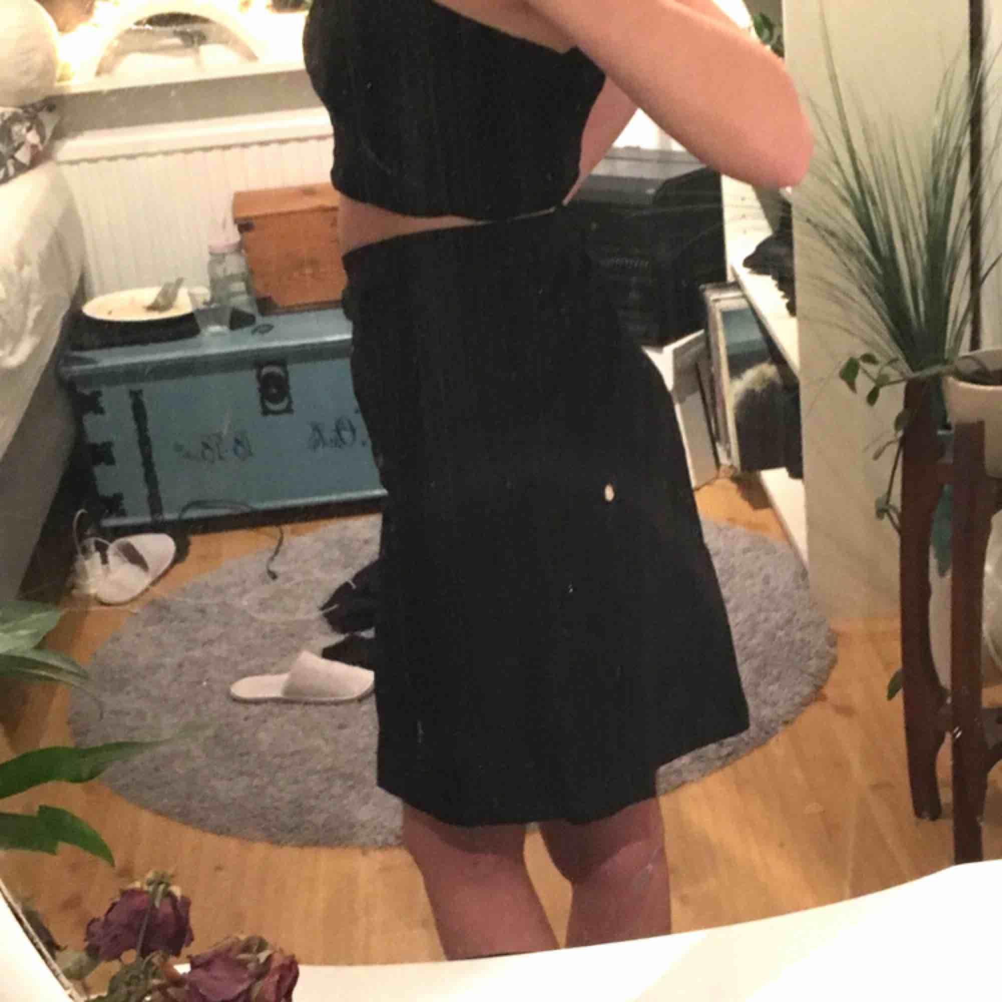 Svart kjol från filippa k st S 80kr   Har framfickor och bältesremmar! Kan mötas upp i lerum eller göteborg. Köparen står för eventuell frakt.. Kjolar.