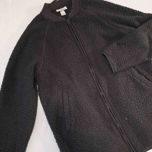 Oversized mörkgrå piléjacka från Monki. Använt skick men snygg fortfarande!