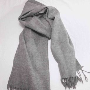 Grå mjuk halsduk som liknar Acnes klassiker!