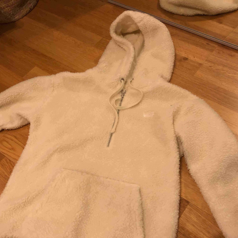 Fluffig och mysig tröja från Vans i Teddy material!! Kommer tyvärr ej till användning men den är jätte varm och skön!! Använd endast en gång och är i jätte fint skick. Tror att den är menad för tjejer men skulle även funka på killar. Huvtröjor & Träningströjor.
