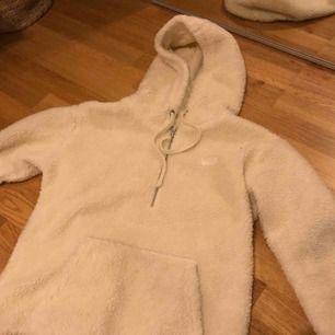 Fluffig och mysig tröja från Vans i Teddy material!! Kommer tyvärr ej till användning men den är jätte varm och skön!! Använd endast en gång och är i jätte fint skick. Tror att den är menad för tjejer men skulle även funka på killar